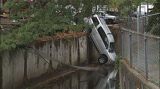 Car+into+slough+at+17th+and+Willamette+(1)