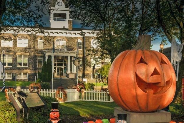 Halloweentown: An Oregon Town That Celebrates Halloween All Month ...