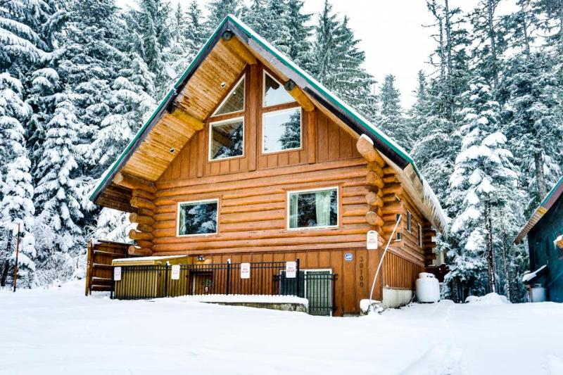 10 jaw dropping mt hood cabins you can rent today that for Luxury winter cabins
