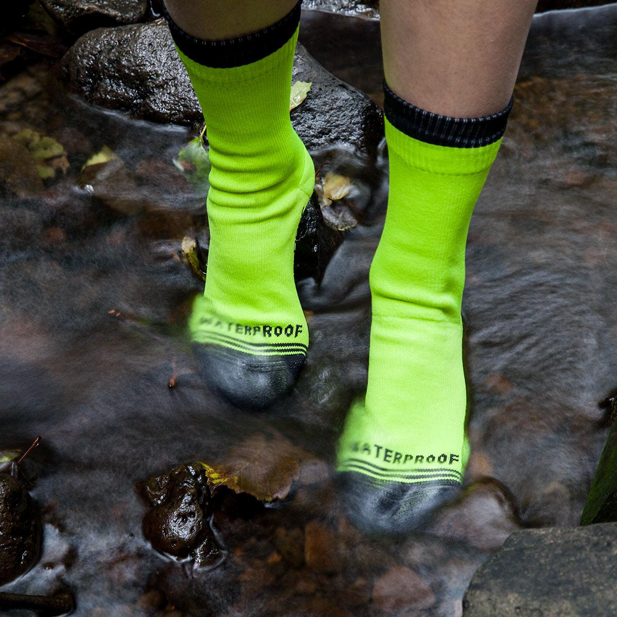crosspoint-waterproof-high-vis-sock-lifestyle-1-water