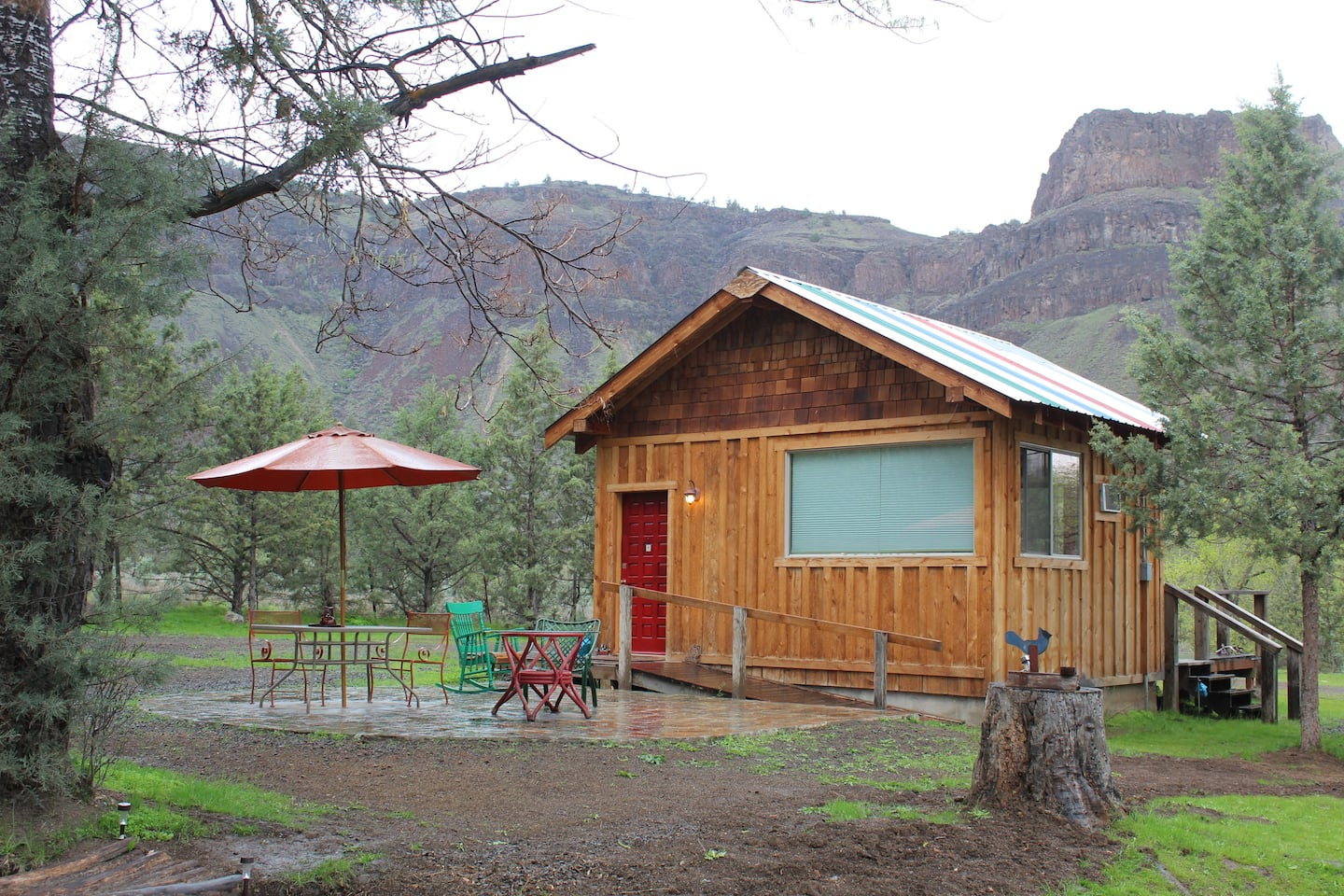 Stellar Cabin with a view of Wedding Cake Mountain