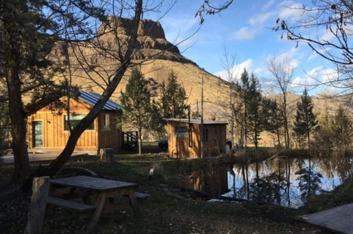 Cabin with a view of wedding cake mountain