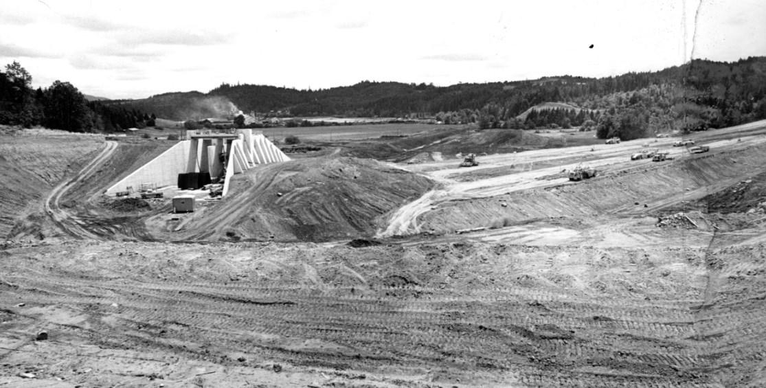scoggins valley dam construction spillway